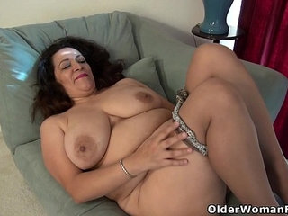 American milf Nicolette Parsons rubs her hungry cunt | americancunthungry